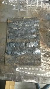 Geschweißte Raupen auf Metallblech