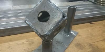 Geschweißter Würfel aus Metall im Schweißkurs